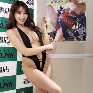 森咲智美のセクシーな水着画像